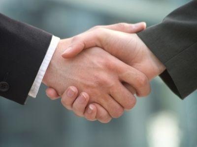 Handshake © Franz Pfluegl / fotolia.com