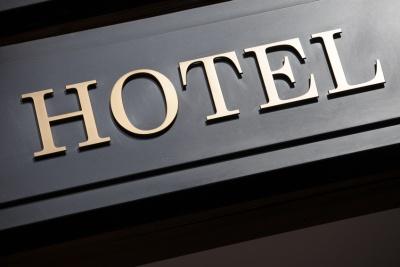 Hotel entrance sign (© david_franklin / Fotolia.com)