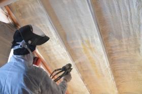 Warming foam coating of roof (© Sergey Cash / Fotolia.com)