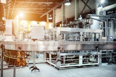 The filling machine pours beer into plastic PET bottles (© nordroden / Fotolia.com)