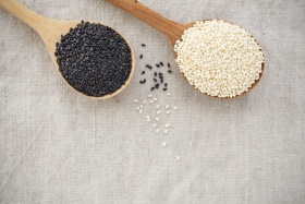 Organic sesame seeds on wood spoon (© Thanksforbuying / Fotolia.com)