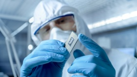 In a Secure High Level Laboratory Scientists  (© Gorodenkoff / Fotolia.com)