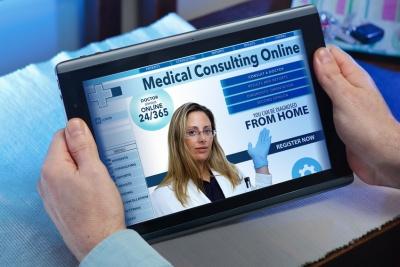 hands of a man at a website of online health service (© angellodeco / fotoila.com)