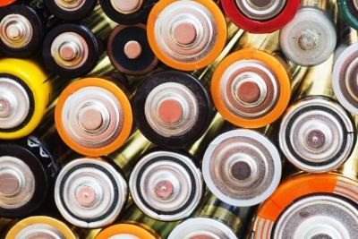 Many various batteries (© karichs / Fotolia.com)