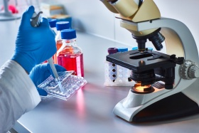 Cancer diagnostics with microscope (© Catalin / Fotolia.com)